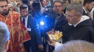 Мощи (левое ребро святителя Николая) помещены в специальный ковчег под бронестеклом