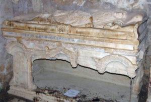 Пустой саркофаг святителя Николая в Демре